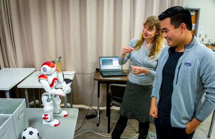 """惧怕人工智能?南加州大学技术精英毕业生表示""""不必恐惧"""""""