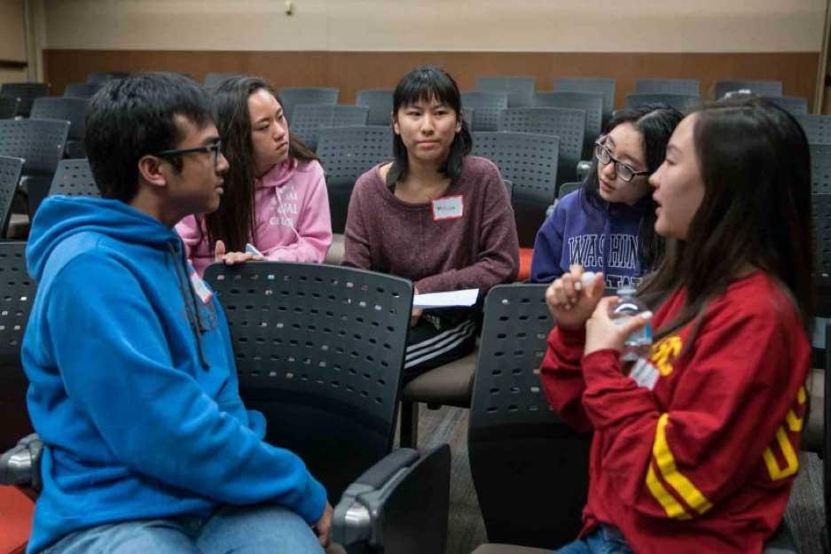 亚裔美籍学生在南加州大学文化中心与亚裔同族联谊交流