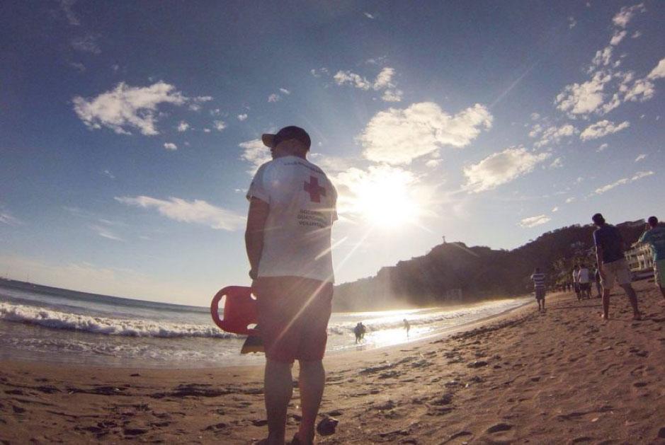 救生员在攻读南加州大学公共卫生在线课程硕士学位的同时不忘环游世界