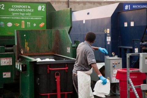 南加州大学加大垃圾回收和堆肥力度,努力实现零废弃物-南加州大学中文官网