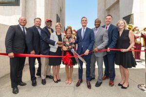 USC和洛杉矶领导们为重新翻修的体育场揭幕剪彩-南加州大学中文官网
