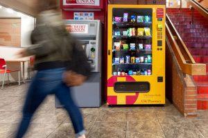 """南加大""""健康伴我行""""自动售货机 让学生们可全天候购买实用药品-南加州大学中文官网"""